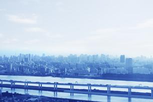 都会のビル群と高速道路の写真素材 [FYI04792738]