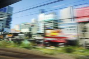 車窓より 流れる街の景色の写真素材 [FYI04792747]