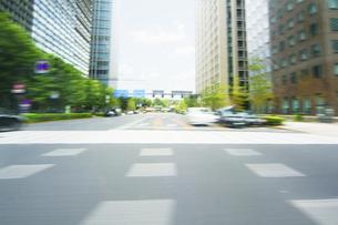 走行撮影 ビジネス街の写真素材 [FYI04792749]
