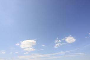 青空の白い雲の写真素材 [FYI04792759]