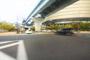 街並み 走行車両よりの写真素材 [FYI04792763]