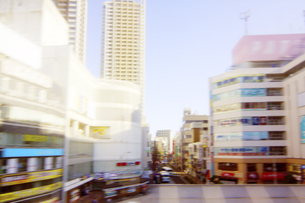 電車より 流れる街の景色の写真素材 [FYI04792774]