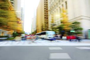 秋の街並み 走行車両よりの写真素材 [FYI04792782]