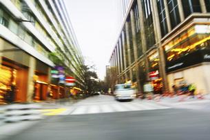走行撮影 ショッピング街の写真素材 [FYI04792808]