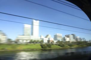 電車より 流れる街の景色の写真素材 [FYI04792809]