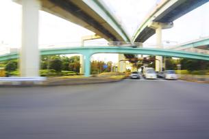 インターチェインジと歩道橋 走行撮影の写真素材 [FYI04792810]