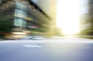 オフィス街 太陽 ハレーションの写真素材 [FYI04792813]