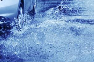 雨の中を走行する車の写真素材 [FYI04792843]