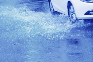 雨の中を走行する車の写真素材 [FYI04792851]