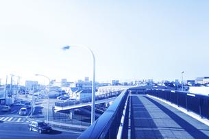 歩道橋と街並みの写真素材 [FYI04792861]