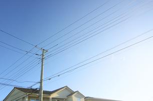 家と送電線の写真素材 [FYI04792885]
