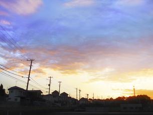 住宅街の朝焼けの写真素材 [FYI04792903]