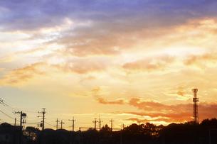 朝焼けの住宅街の写真素材 [FYI04792906]