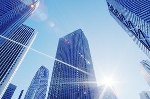 太陽光とビルの写真素材 [FYI04792908]