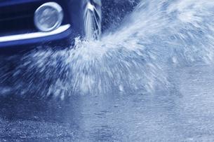雨の中を走る車の写真素材 [FYI04792914]