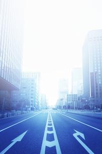 ビル街の車道の写真素材 [FYI04792915]
