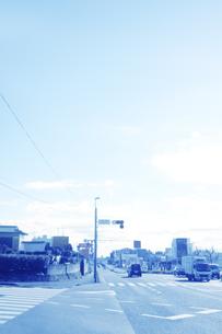車が走る街並みの写真素材 [FYI04792918]