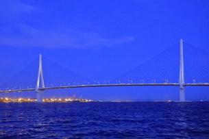 工場夜景クルーズ船から横浜ベイブリッジの夜景の写真素材 [FYI04793066]