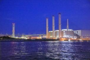 工場夜景クルーズ船から扇島パワーステーションの夜景の写真素材 [FYI04793068]
