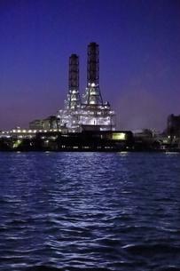 工場夜景クルーズ船から川崎天然ガス発電所の夜景の写真素材 [FYI04793071]
