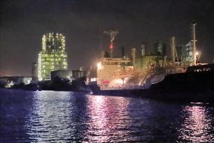 工場夜景クルーズ船から昭和電工の夜景の写真素材 [FYI04793084]
