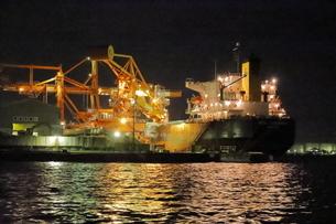 工場夜景クルーズ船から三井埠頭の夜景の写真素材 [FYI04793085]