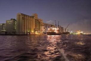 工場夜景クルーズ船から日清製粉の夜景の写真素材 [FYI04793086]