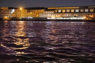 工場夜景クルーズ船からJR海芝浦駅の夜景の写真素材 [FYI04793087]