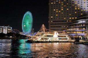 工場夜景クルーズ船から観覧車と遊覧船の夜景の写真素材 [FYI04793088]