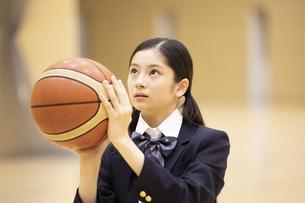 バスケットボールを手に構える女子高校生の写真素材 [FYI04793095]