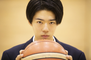バスケットボールを手に前を見つめる高校生の写真素材 [FYI04793096]