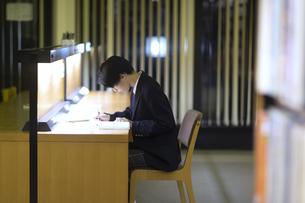 図書室で勉強する男子高校生の写真素材 [FYI04793097]