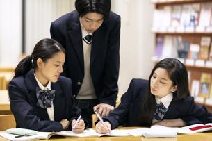 友達と勉強する高校生の写真素材 [FYI04793107]
