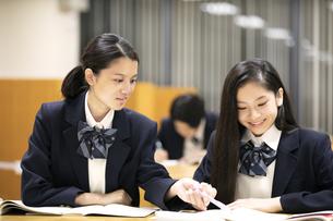 友達と勉強する高校生の写真素材 [FYI04793111]
