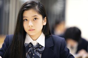 勉強中に見上げる女子高校生の写真素材 [FYI04793116]
