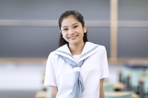 教室で微笑む女子高校生のポートレートの写真素材 [FYI04793121]