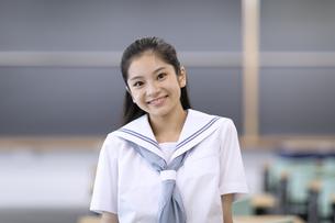 教室で微笑む女子高校生のポートレートの写真素材 [FYI04793122]