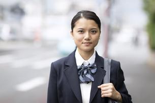 前を向いて微笑む女子高校生のポートレートの写真素材 [FYI04793125]