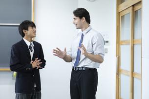 外国人教師と話す高校生の写真素材 [FYI04793135]