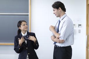 外国人教師と話す高校生の写真素材 [FYI04793136]