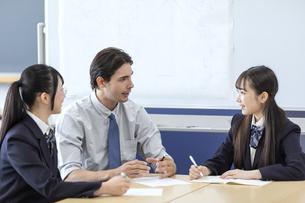 外国人教師と話す高校生の写真素材 [FYI04793140]