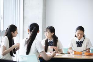 お弁当を食べる高校生の写真素材 [FYI04793141]