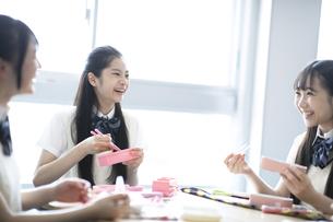 お弁当を食べる高校生の写真素材 [FYI04793142]
