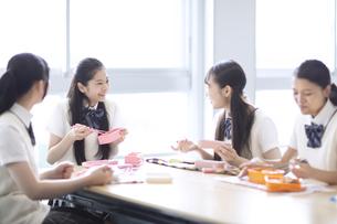 お弁当を食べる高校生の写真素材 [FYI04793144]