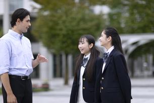 外国人と会話する女子高校生の写真素材 [FYI04793150]