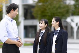 外国人と会話する女子高校生の写真素材 [FYI04793151]
