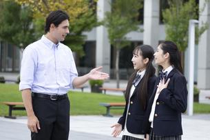 外国人と会話する女子高校生の写真素材 [FYI04793152]
