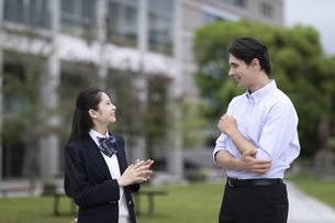 外国人と会話する女子高校生の写真素材 [FYI04793153]