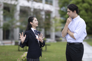 外国人と会話する女子高校生の写真素材 [FYI04793154]