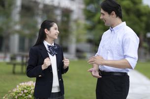 外国人と会話する女子高校生の写真素材 [FYI04793155]